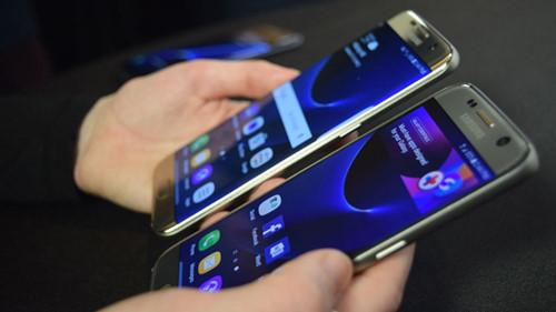 Galaxy S7 đi kèm với một số phần mềm bloatware, nhưng bạn cũng có thể bỏ chúng đi - Ảnh: AFP