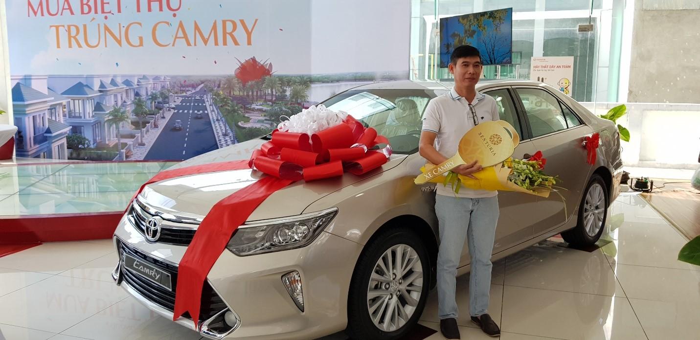 Tiến Phước trao xe Camry cho khách hàng