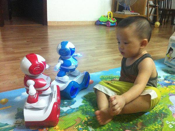 bé chơi disco robot