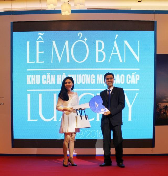 Chị Lê Nhất Diễm Hương (trái) nhận giải thưởng Vespa Sprint từ ông Vũ Quốc Việt Nam (phải) Giám đốc Marketing Tập đoàn Đất Xanh