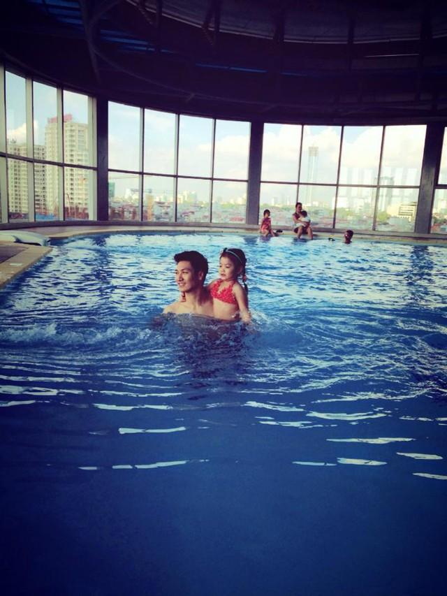Bố và con gái cùng bơi nào!