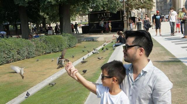 Cặp bố con Đỗ Minh – bé Tốt-Ti.