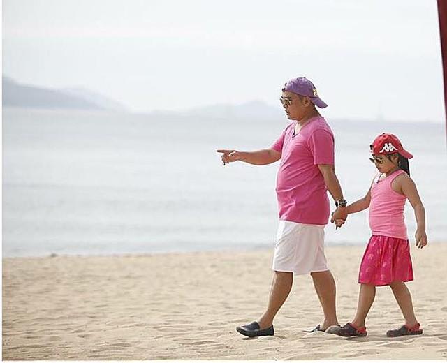 """Người ta nói """"Bố nào con nấy"""" quả là không sai với cặp bố con Minh Khang – Suti."""