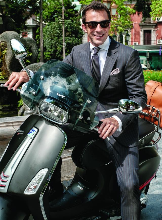 Hình ảnh cầu thủ Alessandro del Piero lịch lãm, hào hoa đậm chất Ý bên chiếc xe ga đã làm chao đảo biết bao cô gái