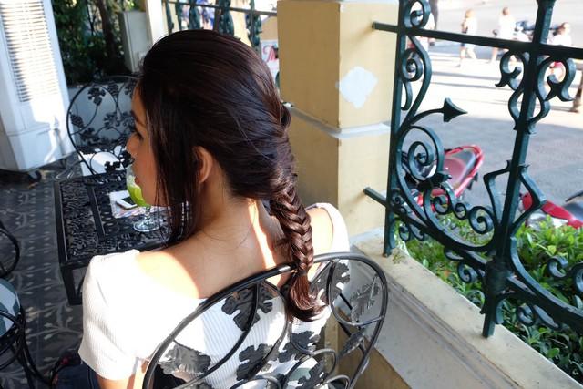 Học hỏi những chiêu chọn phong cách ton-sur-ton cùng kiểu tóc của Minh Tú - Ảnh 2.