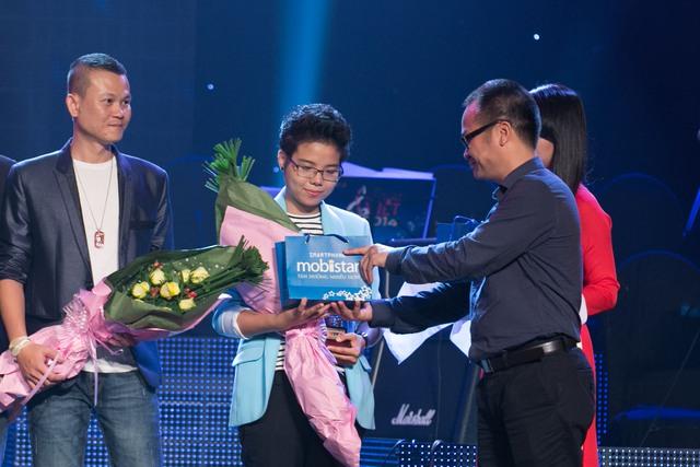"""Với bản phối mới của """"Yêu Xa"""", Vũ Cát tường nhận được giải thưởng """"ca sĩ thể hiện hiệu quả nhất"""" trong liveshow tháng 8. Bài hát ấn tượng nhất thuộc về ca khúc Nghiêng của tác giả Huyền Sambi"""
