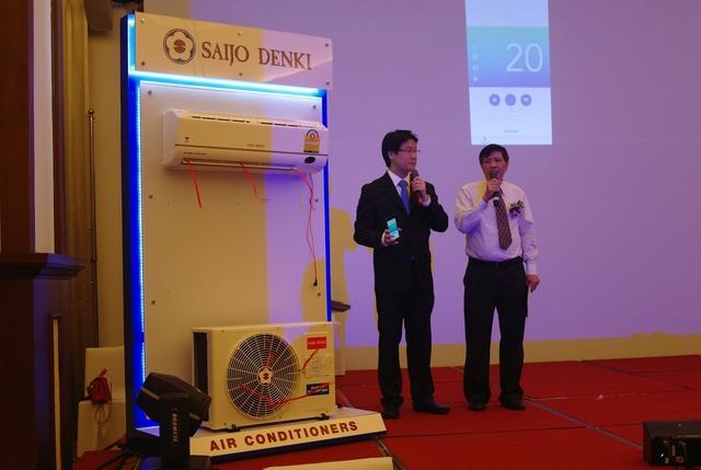 Ông Thunyawat Chittiphalungsri, Trợ lý Tổng Giám đốc Saijo Denki giới thiệu tính năng điều khiển điều hòa không khí bằng Smartphone của Saijo Denki
