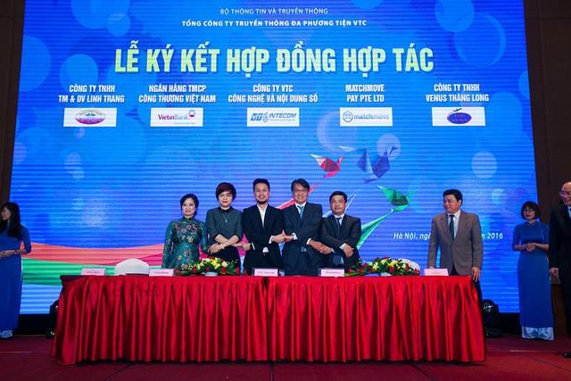 Đại diện công ty VTC Intecom, công ty MatchMove Pay, Ngân hàng Vietinbank và hãng taxi Long Biên, hãng taxi Venus tại lễ kí hợp đồng hợp tác