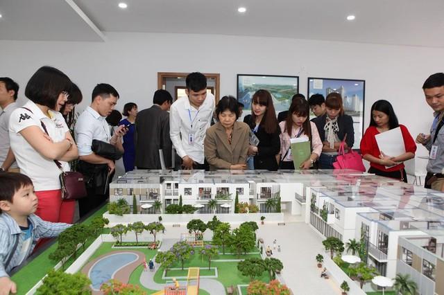 Khách hàng quan tâm tới tiện ích khép kín trong nội khu chung cư The TWO Residence