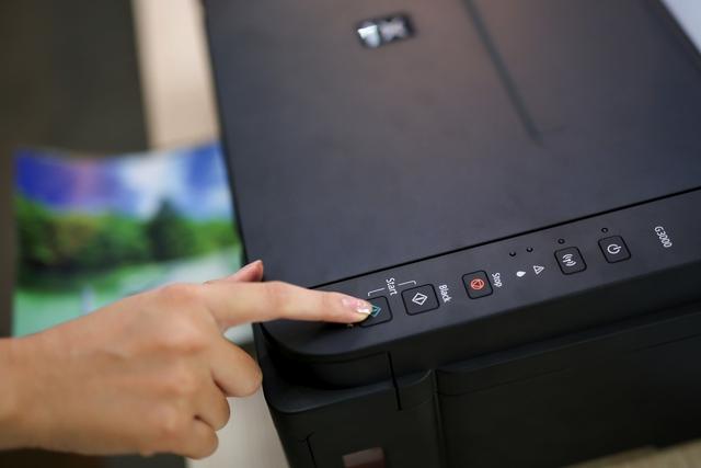 Các thao tác in ấn như kết nối, thay mực, nạp giấy hay đảo chiều in được thực hiện một cách dễ dàng, nhanh chóng. Nhờ đó, tránh lãng phí thời gian, nâng cao hiệu suất làm việc.