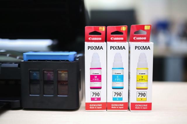 Thiết kế bình mực trong suốt, giúp người dùng dễ dàng quan sát lượng mực còn lại, đảm bảo việc in ấn được liên tục.