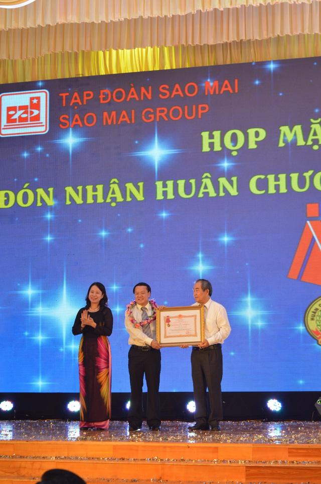 Bà Võ Thị Ánh Xuân - Ủy viên TW Đảng - Bí thư Tỉnh ủy An Giang trao tặng Huân chương Lao động hạng III cho Tập đoàn Sao Mai, ngày 25-2-2016