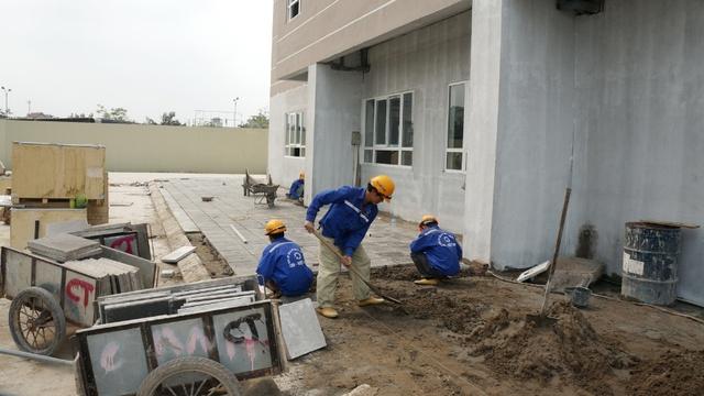Công nhân đang khẩn trương thi công nốt một số hạng mục công trình