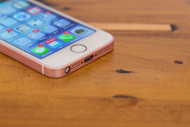 """Dù được người dùng mong đợi, iPhone SE lại chưa thể hiện được những cú đột phá khi """"bất chấp tất cả"""" quay về kích thước màn hình 4 inch - ảnh The Verge"""