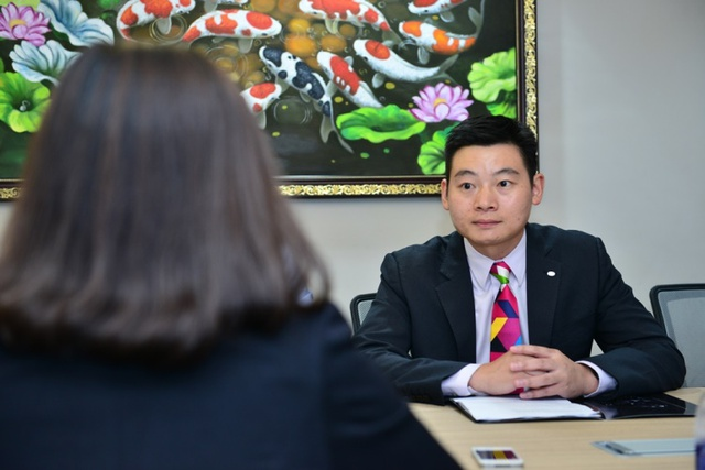Ông Andy Deng – Tổng giám đốc TCL Việt Nam trao đổi với phóng viên về sự hợp tác của TCL và chương trình Gương mặt thân quen