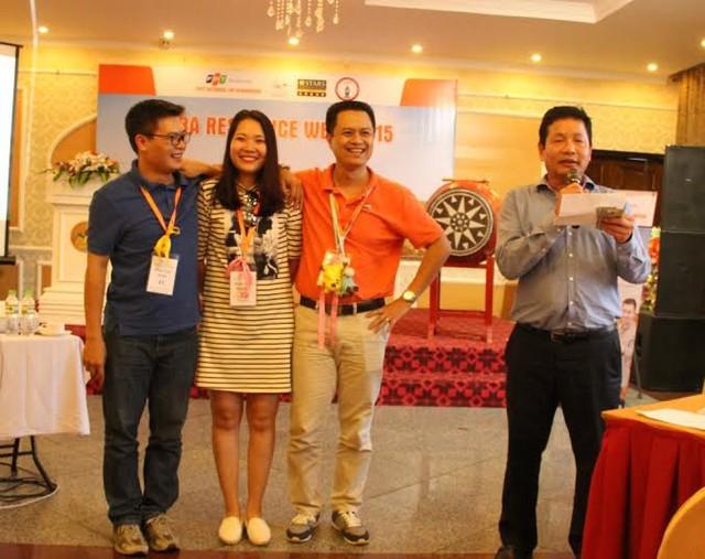 Học viên xuất sắc của chương trình Thạc sỹ Quản trị Kinh doanh FeMBA được nhân giải thưởng từ Chủ tịch FPT Trương Gia Bình tại MBA residence Week