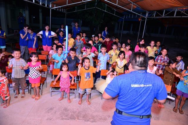 Tình nguyện viên Samsung dành trọn thời gian cho các em học sinh trong chuyến đi tình nguyện tại xã Thanh Sơn, Đồng Nai