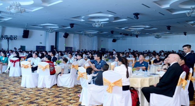 Hơn 500 khách hàng đến tham dự lễ cất nóc và mở bán khu căn hộ & TTTM The Southern Dragon.