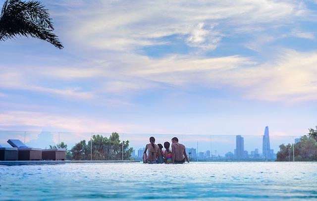 Ở đảo Kim Cương, ta không chỉ có màu xanh cây cỏ. Ta có trời xanh (tôi để ý thấy những ngày hạ Saigon, màu xanh nền trời rất lạ, trộn giữa màu xanh lơ của nước biển với màu... mắt người tình), có nước xanh.