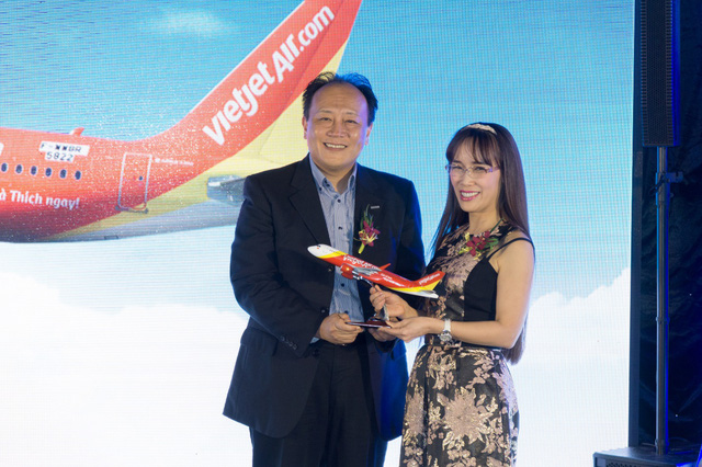 Ông Masaaki Kobayashi – TGĐ Panasonic Việt Nam và bà Nguyễn Thị Phương Thảo – TGĐ Vietjet Air tại sự kiện