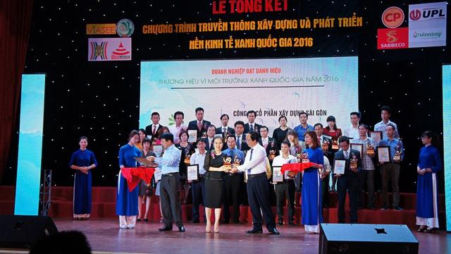 """Đại diện SCC với thương hiệu PhoDong Village nhận danh hiệu """"Thương hiệu vì môi trường xanh Quốc gia năm 2016"""" tại Hà Nội ngày 25/06/2016"""