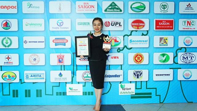 """Bà Nguyễn Thị Thu Trang – Trưởng Phòng Kinh doanh Khu đô thị PhoDong Village đại diện SCC nhận danh hiệu """"Thương hiệu vì môi trường xanh Quốc gia năm 2016"""""""