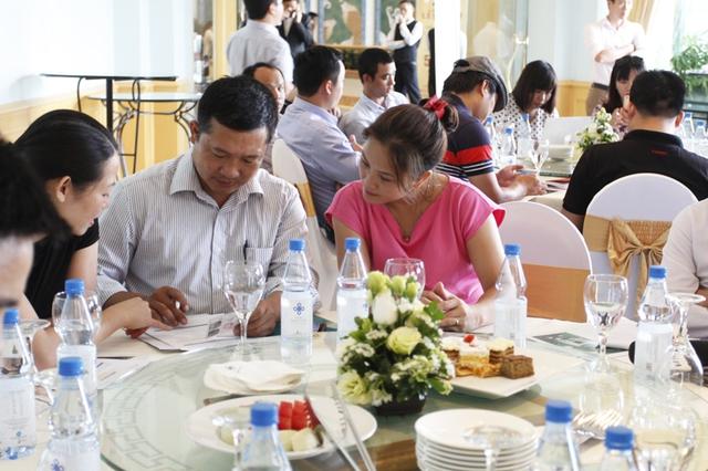 Khách hàng hào hứng đăng ký trở thành thành viên CEN Partnership