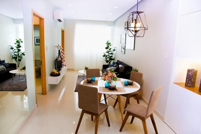 Bố trí phòng khách liên thông với phòng bếp giúp không gian mở rộng và thoáng đãng hơn cho gia chủ.