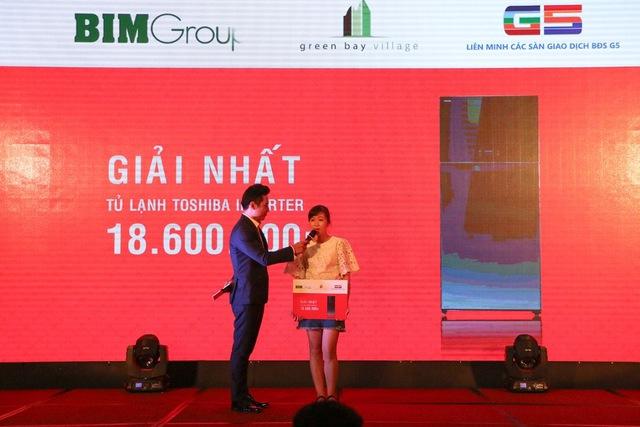 Chị Lê Vân Dung là khách hàng may mắn nhận giải nhất của chương trình
