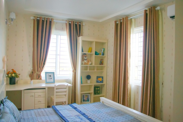 Phòng ngủ của căn hộ được bố trí gồm 02 cửa sổ thông thoáng, đón nắng, gió và ánh sáng tự nhiên. Các chủ nhân thực sự thư thái, hòa mình với thiên nhiên ngay trong tổ ấm của mình. Liên hệ phòng bán hàng dự án: 0914 42 919 đạo: màu trắng kem và nâu sáng của nội thất tạo cảm giác không gian căn hộ như rộng lớn hơn và thoáng đãng hơn.