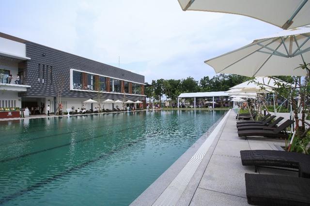Hồ bơi tiêu chuẩn Olympic tại Celadon Sports & Resort Club.