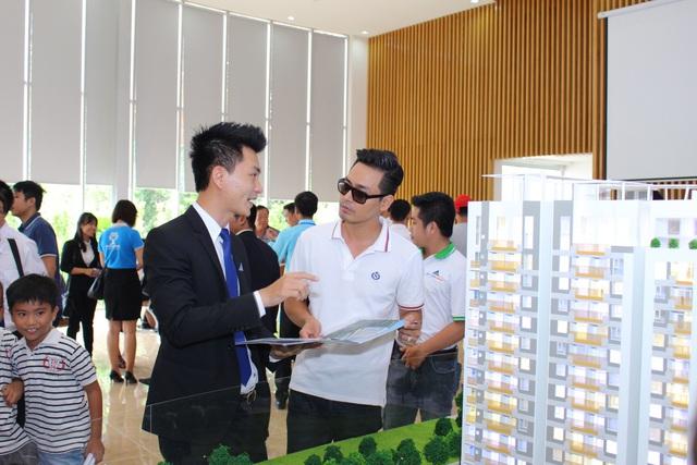 Nhân viên Đất Xanh tư vấn lựa chọn căn hộ cho MC Phan Anh.