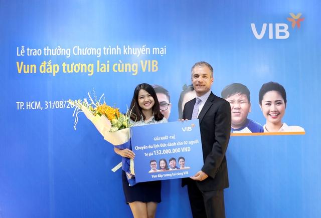 Chị Phạm Thanh Thủy nhận giải thưởng chuyến du lịch đến Đức dành cho 2 người.