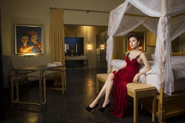 Phòng ngủ với các gam màu ấm, nội thất đơn giản nhưng sang trọng.