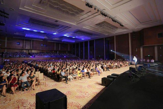 """Trung tâm hội nghị quốc tế FLC Quy Nhơn kín 1.500 chỗ ngồi trong đêm nhạc """"Biển tình"""" của ca sĩ Đàm Vĩnh Hưng vừa diễn ra tối 18/9 vừa qua."""