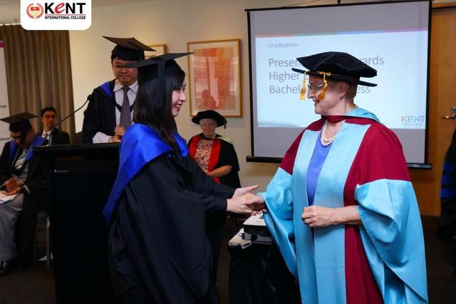 Cựu sinh viên xuất sắc Nguyễn Trần Hồng Sang nhận bằng tốt nghiệp tại Học viện Kent Úc (Sydney).