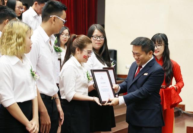 999 suất học bổng trị giá gần 23 tỷ đồng được trao cho tân sinh viên tại Lễ Khai giảng.