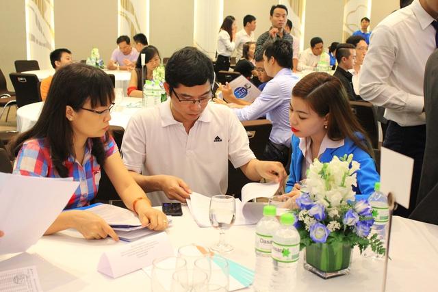 Nhân viên kinh doanh tư vấn cho khách hàng mua nhà ở ngay trước Tết Đinh Dậu 2017.