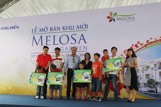 """Các gia đình nhận giải thưởng của cuộc thi ảnh """"Khoảnh khắc hạnh phúc"""" do Khang Điền tổ chức."""