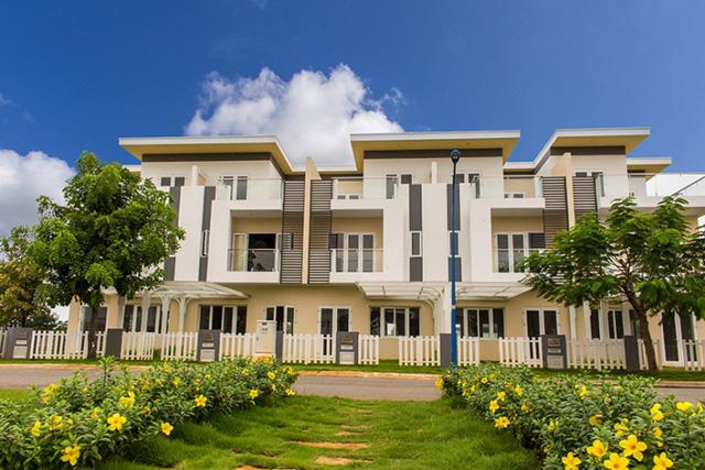 Hơn 100 căn nhà liên kế vườn Melosa Garden mở bán dịp này có diện tích vừa và nhỏ: 5x16m, 5x17m, 5x20m và 5x23m, mức giá phải chăng từ 15.9 triệu/m2 (gồm nhà, đất và sổ hồng).