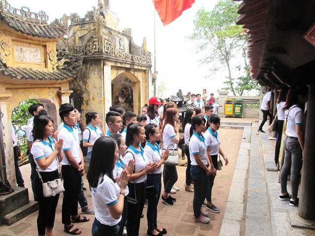 Các thí sinh tới thăm Đền Độc Cước.