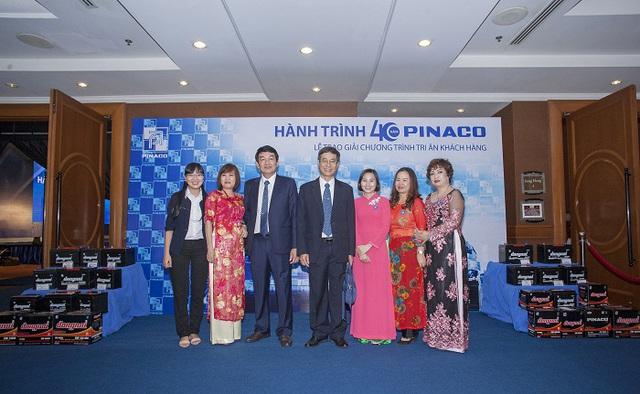 Tổng giám đốc và Phó tổng giác đốc Pinaco chụp hình cùng CBNV của công ty.