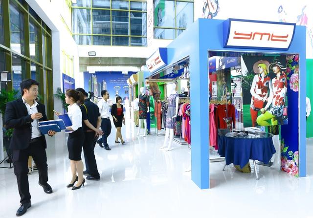 Các gian hàng được thiết kế công phu theo mẫu, hiện đại và chuyên nghiệp.