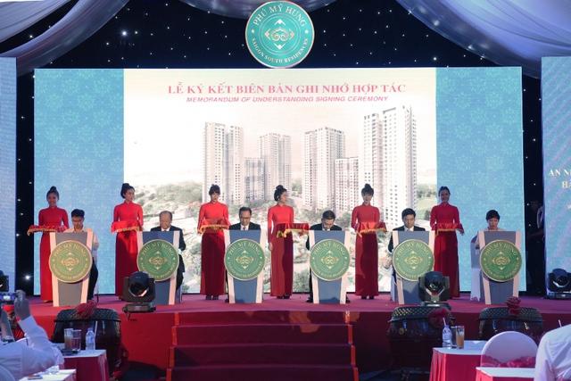 Công ty Phú Mỹ Hưng cũng đã chủ động cùng các đối tác ngân hàng, thiết kế, nội thất ký kết chương trình hợp tác nhằm đưa ra nhiều ưu đãi dành riêng cho khách mua căn hộ Saigon South Residences.