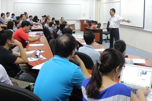 Chủ tịch Công ty Phần mềm FPT Hoàng Nam Tiến đang rút bầu kinh nghiệm để chia sẻ với học viên chương trình MBA của Viện QTKD FSB.