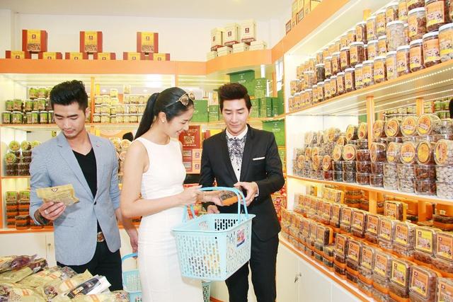 Hoa hậu Ngọc Hân ghé thăm cửa hàng Hồng Lam 82-84 Hàm Nghi, Q1, TP.Hồ Chí Minh.