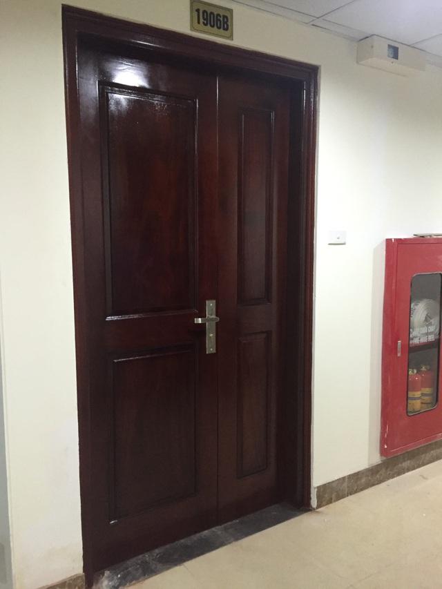 Cửa chính của căn hộ Gemek được sử dụng bằng gỗ lim.