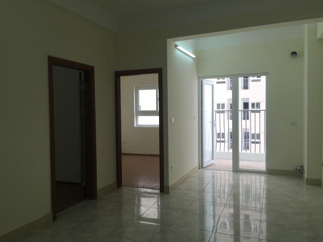 Phòng khách được lát gạch, phòng ngủ lát bằng sàn gỗ.