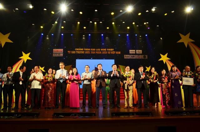 """Các doanh nghiệp Lễ công bố """"TOP 100 Thương hiệu, sản phẩm, dịch vụ nổi tiếng Việt Nam""""."""