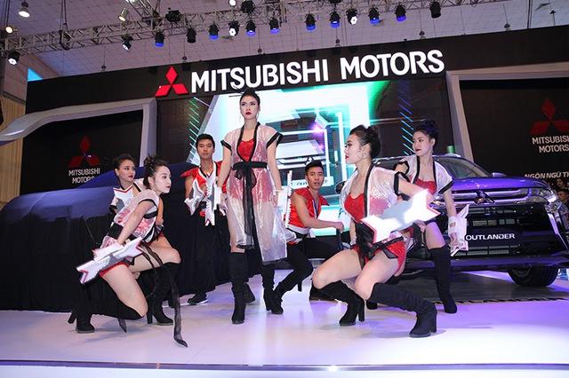 Quảng bá khéo léo ngôn ngữ thiết kế mới Dynamic Shield, Mitsubishi đã dàn dựng một màn vũ đạo mạnh mẽ cùng hình tượng những chiếc khiên bảo vệ.